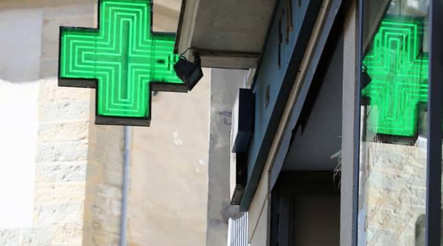 Foto del exterior de una farmacia.
