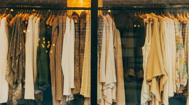 Imagen de archivo de varias prendas en una tienda física.