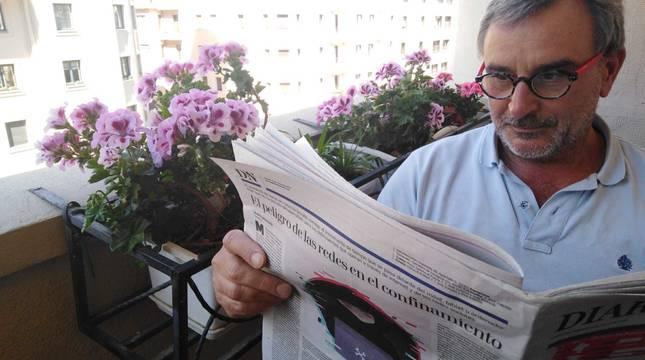 Jontxo Cibiriáin Osés nos envía su foto leyendo Diario de Navarra desde su balcón