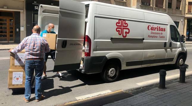 Foto del reparto de las mascarillas enviadas por el Gobierno central a Navarra para colectivos vulnerables.