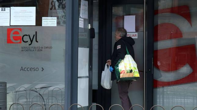 Foto de una persona entrando a una oficina de empleo en Segovia.