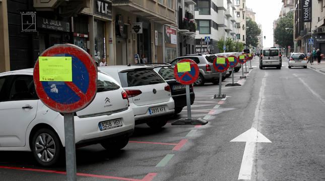 La calle Amaya, señalizada para su próxima semipeatonalización, en el tramo entre Arrieta y Leyre.