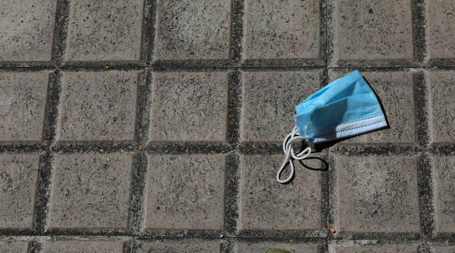 Una mascarilla en el suelo de una calle de Pamplona, acción que podría sancionarse.