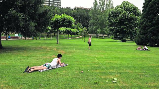 Lagunak de Barañáin ha parcelado el césped con spray en cuadrados de 5x5 metros. Varias personas hicieron uso el martes.