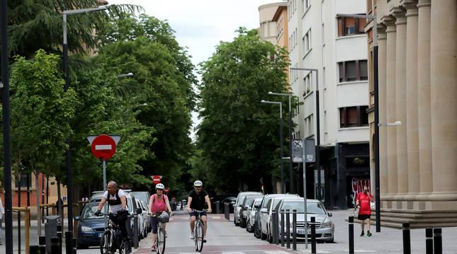 Foto de tres personas circulando en bicicleta en Pamplona.