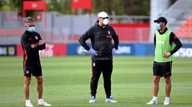 Germán Burgos, en el centro, en el entrenamiento de este martes junto a Diego Simeone (derecha de la imagen) y