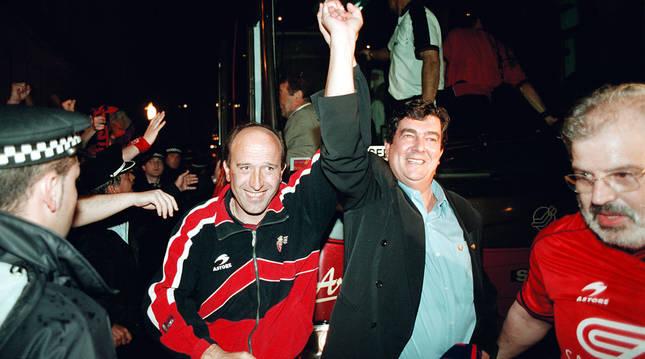 Miguel Ángel Lotina y Javier Miranda, entrenador y presidente de aquel Osasuna, entrando en la Plaza del Castillo aquella noche del 4 de junio de 2000.