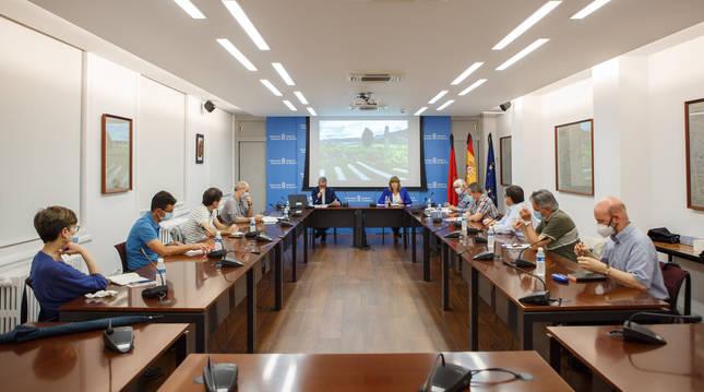 Foto de la Comisión Técnica de Coordinación en Materia de Memoria Histórica, durante su primera reunión.