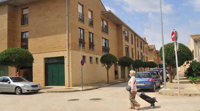 Una vecina pasa junto a la vivienda en la que el martes falleció Genaro Ruiz Orradre.