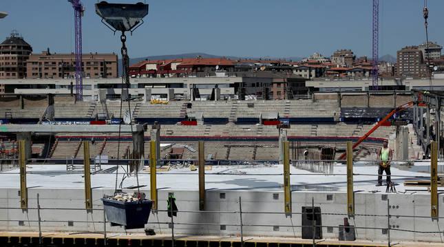 Las obras de El Sadar, desde el fondo sur del estadio. En la imagen se aprecia la parte alta del zócalo con Gol al fondo y Lateral a la derecha.