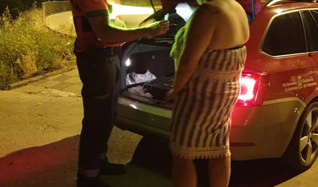 Foto de un agente de Policía Foral con una conductora denunciada en Tudela.