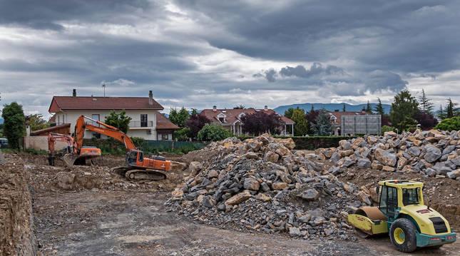 Foto de la excavadora con martillo neumático trabaja a pocos metros de la valla del unifamiliar.