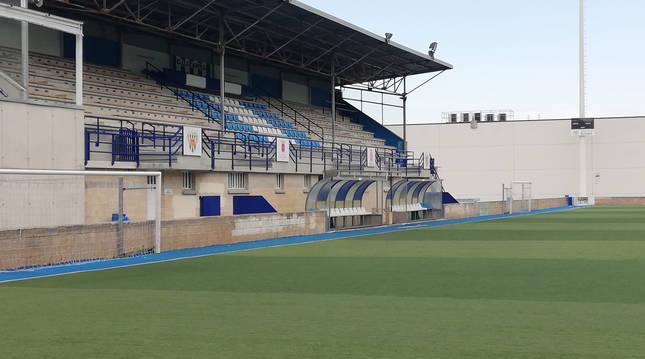 Foto del estado del césped sintético y la grada principal del campo de Merkatondoa, donde juega el Izarra y el San Andrés.