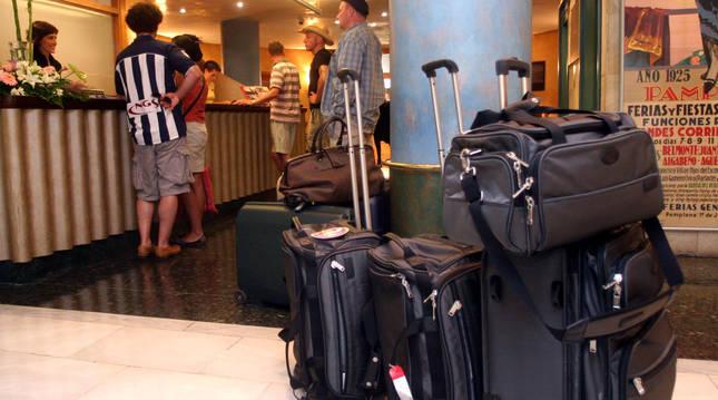 Llegada de unos turistas a la recepción de un hotel en una imagen de archivo.