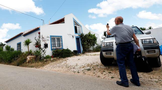 Una persona fotografía la casa donde supuestamente se alojó el alemán sospechoso en Lagos, Portugal.