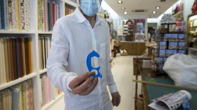 Imagen de uno de los dispositivos 'non-touch' entregados por el Ayuntamiento de Pamplona.