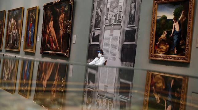 Una trabajadora del Museo del Prado.