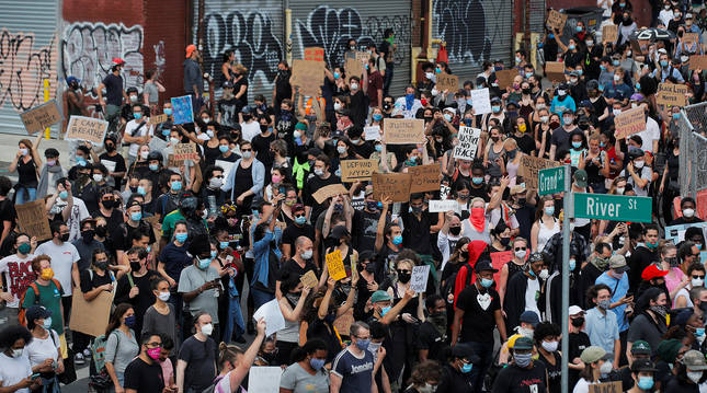 Cientos de personas se concentran en una protesta organizada por Black Lives Matter en Brooklyn, Nueva York.