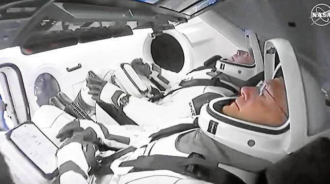 Los astronautas Bob Behnken y Bob Behnken durante el despegue de la nave tripulada rumbo a la Estación Espacial Internacional.