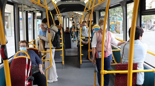 Aspecto del interior de la línea 4 ayer, a media mañana  con los asientos ocupados y viajeros  de pie.