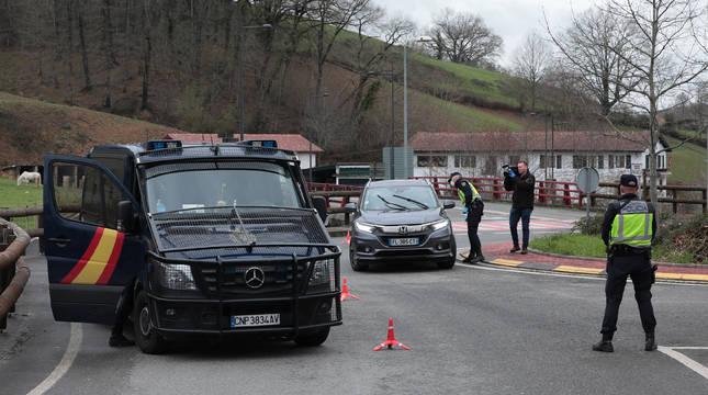 Control en Dantxarinea tras el cierre de fronteras con Francia por la crisis del covid-19. Pasar la muga podría ser un problema para los alumnos.