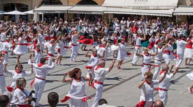 Foto de los ex danzaris bailan el año pasado en la plaza de los Fueros el Viernes de Gigantes.