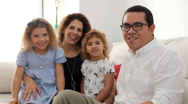 Ricardo Madureira con su mujer, Michelle Decampos, y sus dos hijas, Afrika y Olivia, de 6 y 3 años, en su casa de Mutilva.