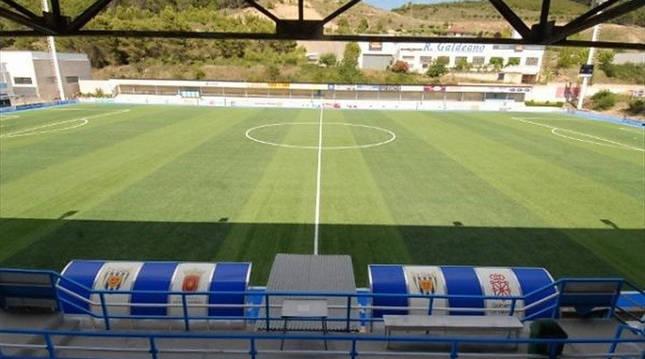 Foto desde la grada principal del campo de Merkatondoa, sede del playoff exprés a Segunda B.