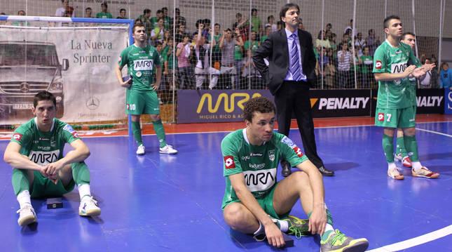 Los jugadores del MRA Navarra Uge, Rafa Usín, Imanol Arregui (técnico), Cuco y Robert, abatidos, tras caer el 6 de junio del 2010.
