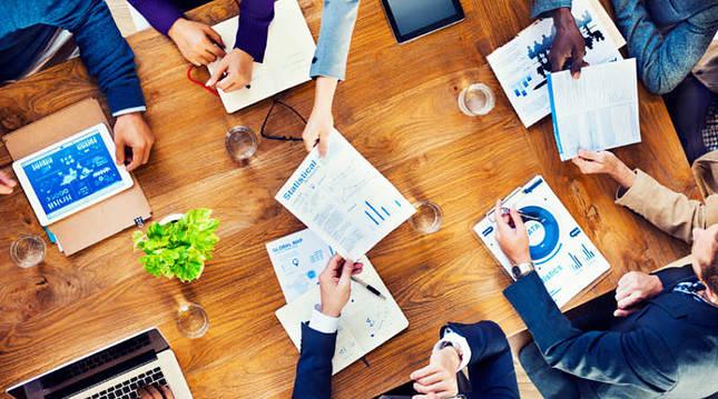 Varias personas mantienen una reunión empresarial.