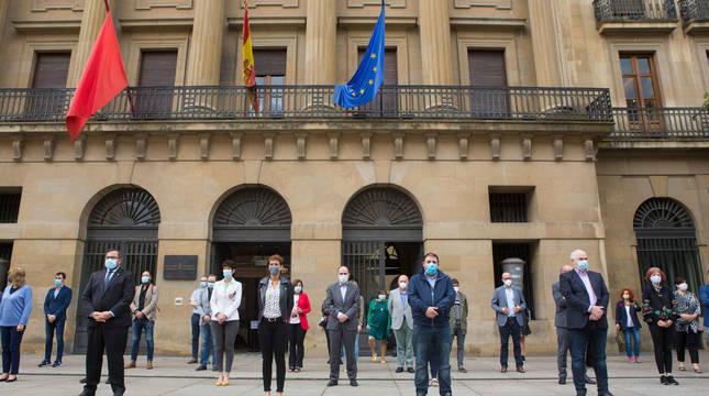 Chivite, Hualde, consejeros y parlamentarios, frente al Palacio de Navarra.