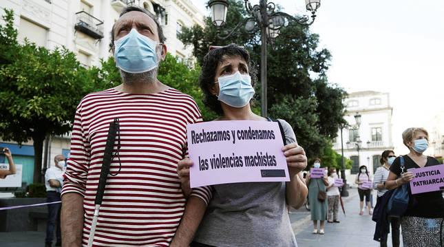 Miembros de la Plataforma de la Violencia contra la Mujer en Córdoba muestran su rechazo tras conocer la sentencia.