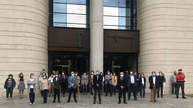 Jueces, fiscales, letrados de la administración de justicia, funcionarios, abogados, procuradores y policías forales, frente al Palacio de Justicia.