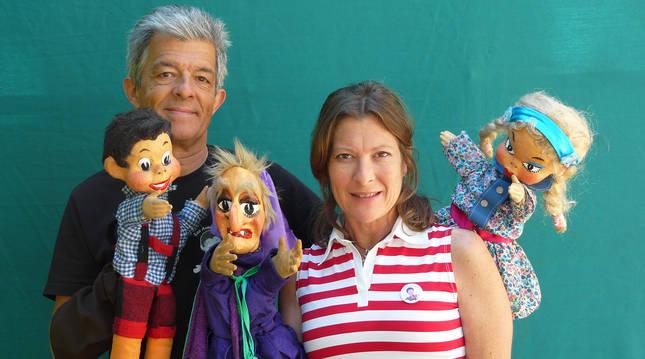 Juan Díaz y su hermana Mónica posan junto a algunas de sus marionetas más representativas.