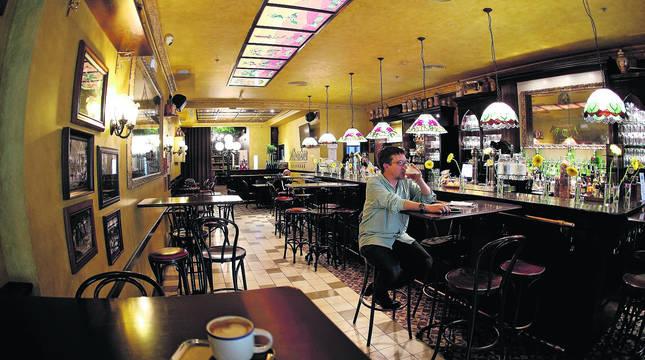 Un joven consume una cerveza en el interior de un bar de Pamplona en el primer día de la fase 2 de desescalada.