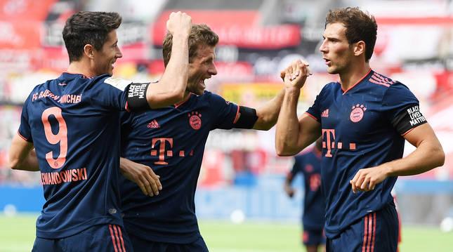 De izda. a dcha., Lewandowski, Muller y Goretzka celebrando uno de los tantos en Leverkusen.