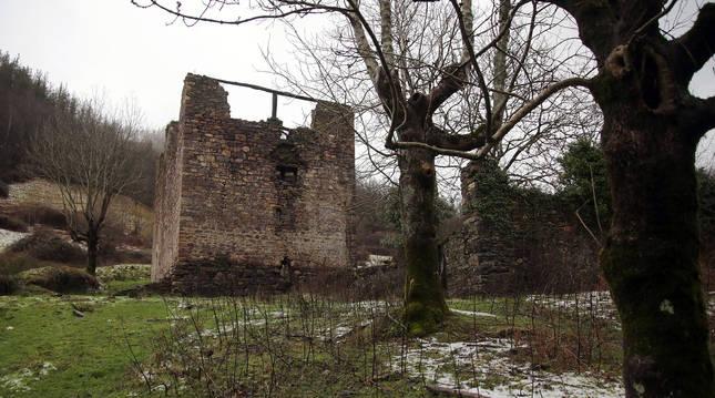En una retrospectiva, la Torre de Ibero, del siglo XIV, antes de su restuaración en el límite con Goizueta.