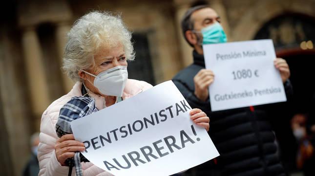 Pensionistas navarros han vuelto a concentrarse en la plaza Consistorial de Pamplona.