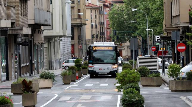 Foto de un tramo de la calle Amaya con un único carril de circulación para taxis y transporte urbano.