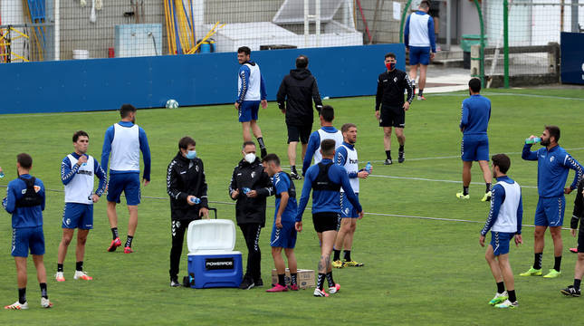 La primera plantilla de Osasuna, este martes por la mañana, al finalizar la sesión de entrenamiento en Tajonar.