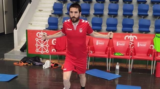 Roberto Martil se ejercita en la primera sesión en Anaitasuna.