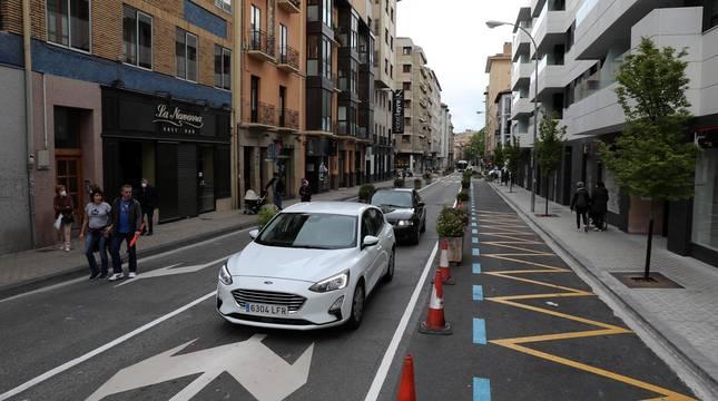 El Ayuntamiento de Pamplona reduce a un carril la calle de la ciudad con la colocación de jardineras en el tramo que cubre desde Labrit hasta la Avenida de la Baja Navarra.