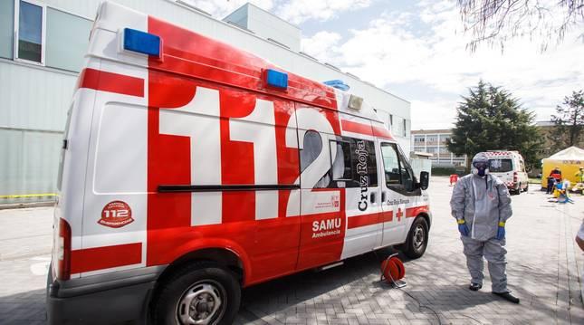 Foto de desinfección de ambulancias en el exterior del CHN.