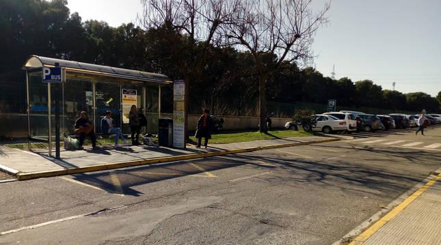 Foto de la parada actual de autobuses del Hospital Reina Sofía donde se habilitarán nuevas plazas de aparcamiento.