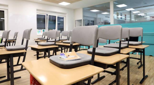 Mesas y sillas vacías en una de las aulas del Colegio San Ignacio de Pamplona durante los meses de confinamiento por el coronavirus.
