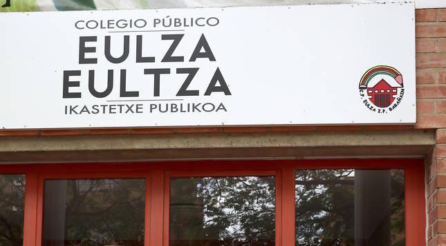 Mosaicos con imágenes de alumnos en la puerta del colegio Eulza de Barañáin durante la pandemia de coronavirus.