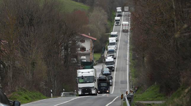 Foto de una hilera de camiones circulando junto a Ventas de Arraitz, en la N-121-A.