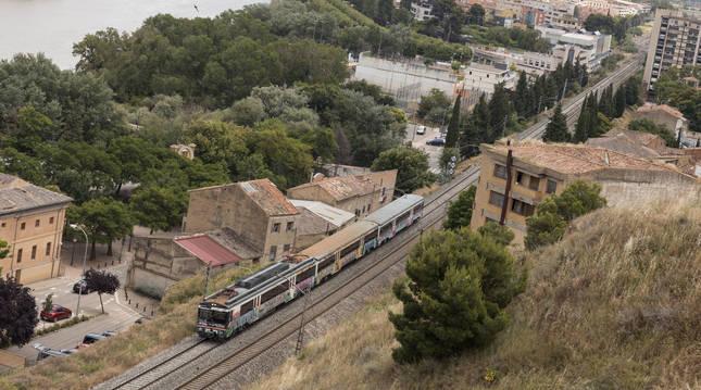 Foto de un tren de cercanías circulando por Tudela.