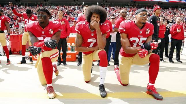Eljugador de fútbol americano Colin Kaepernick fue el pionero, en 2016, al arrodillarse durante la interpretación del himno estadounidense antes de los partidos.