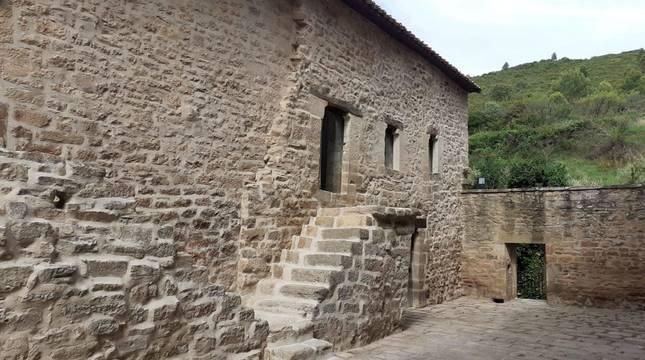 La vivienda restaurada más próxima a la entrada de la ermita acoge en su planta baja la sala multiusos.
